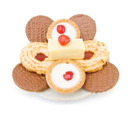 jam biscuits: Assortiti mix di dolci e biscotti con biscotti di cioccolato e marmellata, cupcakes e biscotti con ciliegia sulla parte superiore. Isolato su sfondo bianco.