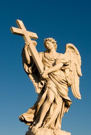 christian angel: Angel Sant'Angello estatua en puente, en Roma Foto de archivo