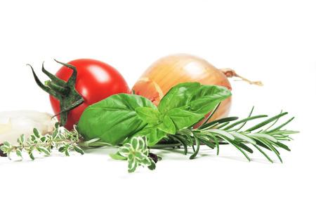 tomates: Ingr�dients pour la cuisson, isol� sur blanc