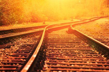 crossroad: cruce de ferrocarril en el sol de la tarde. Foto de archivo