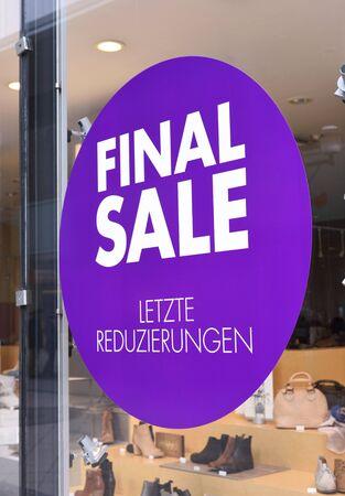 tienda de zapatos: Final sale at a German shoe store. Store window with sale sign.