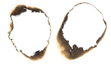 quemado: agujero quemado en papel blanco.