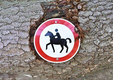 prohibido el paso: Prohibido el paso, se�al de equitaci�n. Foto de archivo