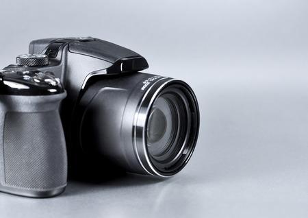 Appareil photo numérique, en gros plan sur fond gris.