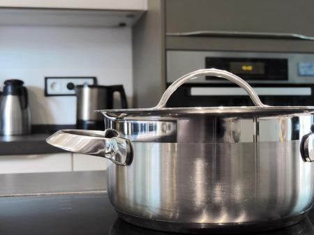 Kookpot op een keramische kookplaat.