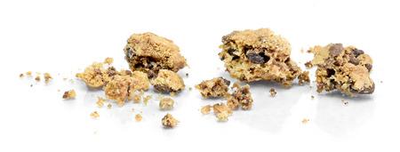 Schokoladenplätzchen bröckelt, lokalisiert auf weißem Hintergrund, Gestaltungselement. Köstlicher Keks bröckelt.
