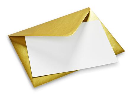 Busta dorata e carta bianca con copia spazio, isolato su sfondo bianco. Busta dorata lucida, biglietto di auguri o invito.