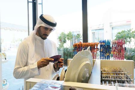 Hombre árabe de Oriente Medio local en el interior de una tienda de souvenirs