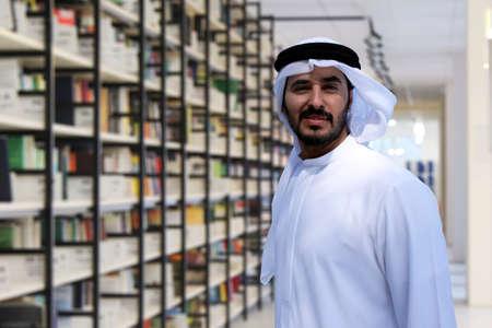 Hombre árabe en biblioteca