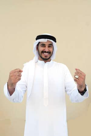 Chico árabe muy feliz y emocionado por el equipo ganador.