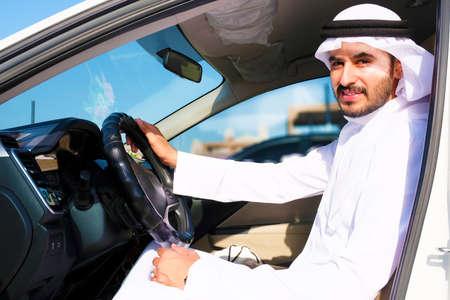 Confiado conductor árabe del Medio Oriente sonriendo con cara feliz