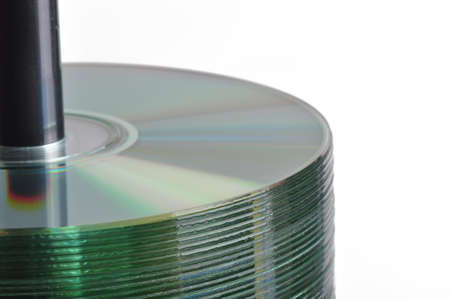 Stapel lege cd-r-schijven op een as met een witte achtergrond