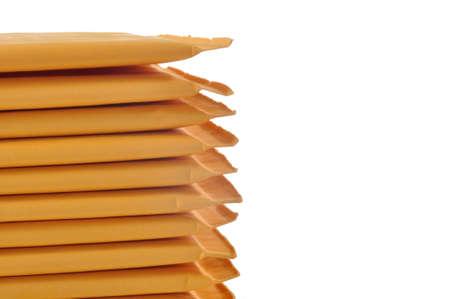 Stack van gewatteerde mailing enveloppen geïsoleerd tegen een witte achtergrond