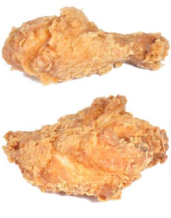 twee stukken gebraden kip geïsoleerd op een witte achtergrond