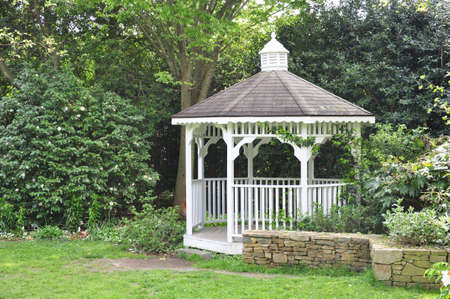 Peaceful gazebo set in the shade of a mature garden 版權商用圖片
