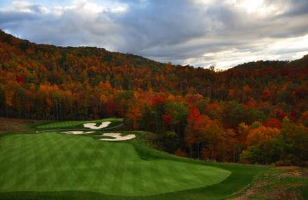 가을에 노스 캐롤라이나의 산속에 자리 잡은 골프 코스