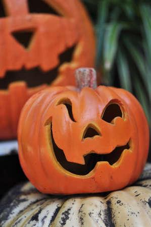 carving pumpkin: jackolanterns dos caras decorativas de color naranja con caprichosas Foto de archivo