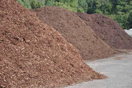 drie verschillende soorten mulch te koop aangeboden bij een tuin levering centrum
