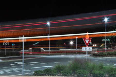 Auto licht trails in het centrum van Raleigh, North Carolina