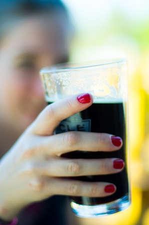 cerveza negra: La muchacha bebe cerveza negra
