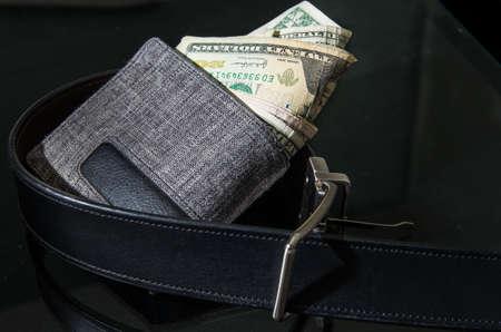 지갑을 cinching 벨트 스톡 콘텐츠