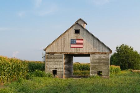 Vecchio fienile rustico nel Midwest con bandiera americana dipinta. LaSalle, Illinois, USA