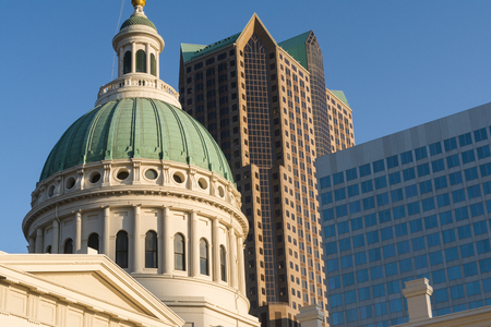 The historic old courthouse with the downtown skyline in the background.  St. Louis, Missouri, USA 版權商用圖片