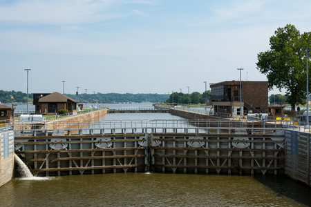 Lock and Dam 15 on Mississippi River on Rock Island Illinois, USA. 版權商用圖片