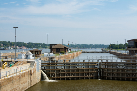 Lock and Dam 15 on Mississippi River on Rock Island Illinois, USA. 版權商用圖片