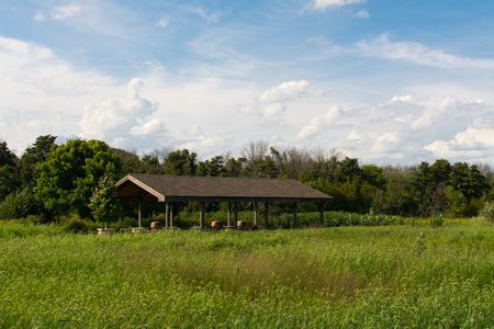 Shelter at Channahon State Park surrounded by green prairie in Illinois, USA. 版權商用圖片