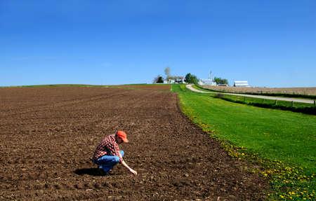 joven agricultor: Joven agricultor control del suelo  Foto de archivo