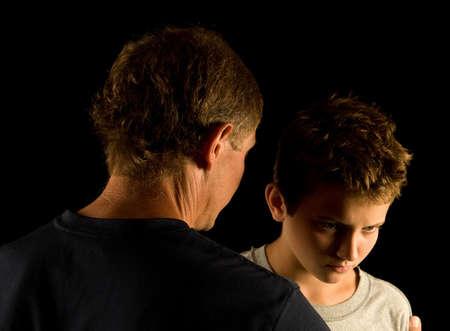父と息子の引数または意見の相違 - 深刻な話を持っています。 写真素材