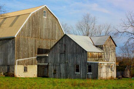 秋の日の木造の納屋