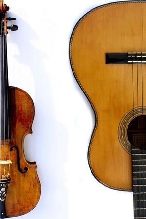 ヴァイオリンとギター白背景 写真素材