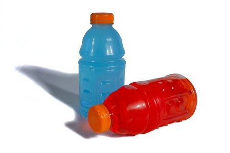 Deux bouteilles de sport, un rouge, un bleu, sur un fond blanc