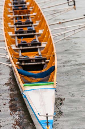 Gros plan sur un huit qui est un bateau à rames utilisé dans le sport de l'aviron de compétition. Il est conçu pour huit rameurs, qui propulsent le bateau avec des rames de balayage, et est dirigé par un barreur ou barreur.