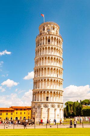 Pisa, Italië - 3 september 2019: De beroemde scheve toren van Pisa of La Torre di Pisa op het Kathedraalplein, Piazza del Duomo in Pisa, Italië
