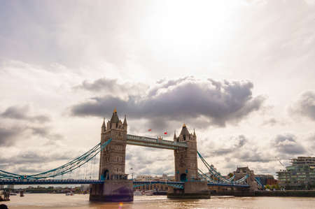 London, United Kingdom - September 14, 2017: Famous cityscape view of London. Tower bridge on Thames river with big cloud from above in the sky 新聞圖片