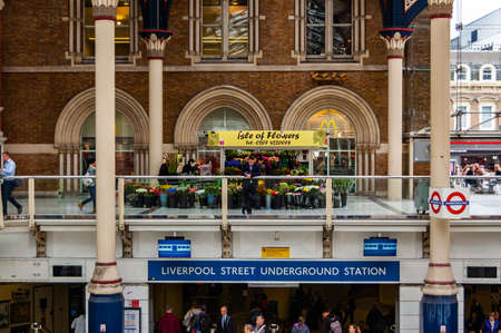 London, United Kingdom - September 14, 2017: Flowers shop on second floor in Liverpool Street Station in London surrounded by classic british architecture 新聞圖片