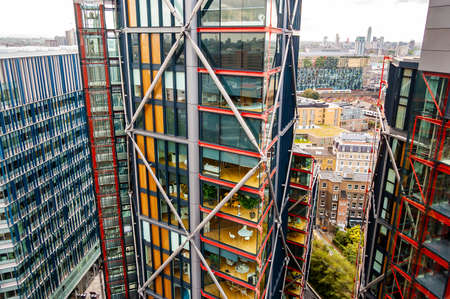 London, United Kingdom - September 18, 2017: Modern contemporary architecture lifestyle example on riverside of Thames river in London. Big showcase windows of high level flats with amazing view 新聞圖片