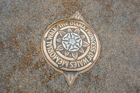 London, United Kingdom - September 14, 2017: Golden plate on the ground dedicated to the Diana princess of Wales memorial walk 新聞圖片