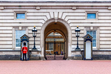 London, United Kingdom - September 14, 2017: The royal guard standing near entrance to the inside yard of Buckingham Palace 新聞圖片