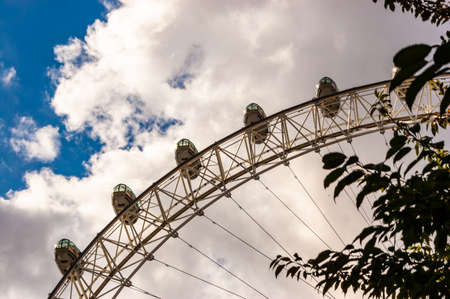 London, United Kingdom - September 14, 2017: Famous London Eye observation wheel located on promenade of Thames river. Cloudy sky on the background. 新聞圖片