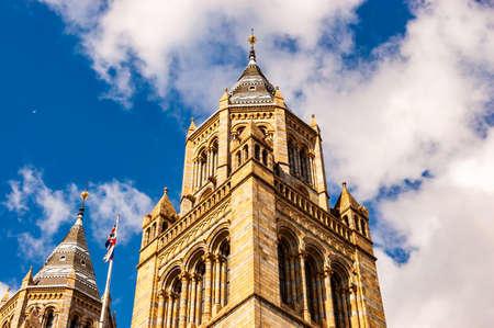 London, United Kingdom - September 15, 2017: The famous classic medieval building of the Natural History museum in London 新聞圖片