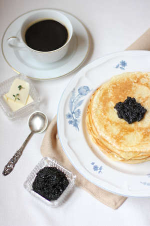Pannenkoeken met zwarte kaviaar Stockfoto