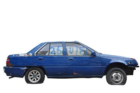 Een beschadigde oude auto op een witte achtergrond