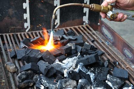 holzbriketts: Feuern Sie die Holzkohle im Grill mit Gas Lizenzfreie Bilder