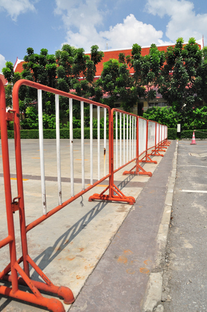 no pase: Fila de rojo-cercas en aire libre