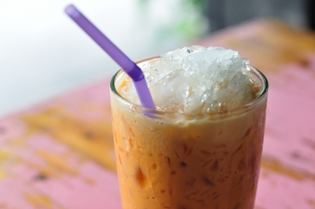 Thailand drank, koude-melk-thee op geschilderd bureau