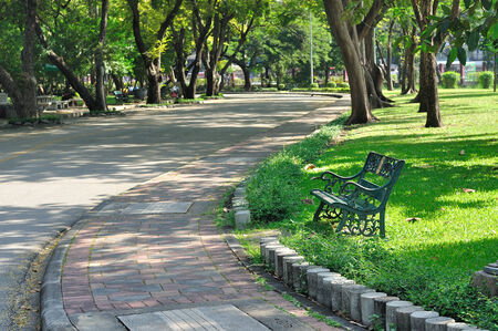 Loop weg in de tuin, ontspannen en fris